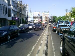 Berkendara di lajur kanan Jalan Praban