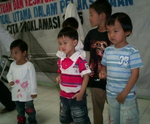 Damai: (dari kiri) Fira, Daud, Arif, masih baik-baik saja