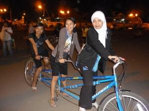 Sepeda tandem bertiga