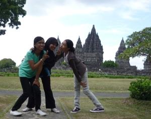Melan, saya, dan Ninin di spot foto