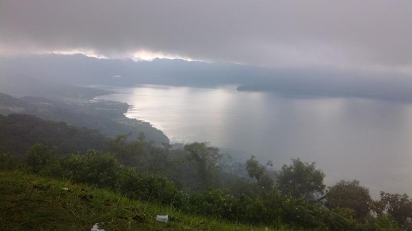 Danau Maninjau dari tempatku duduk, berkabut.